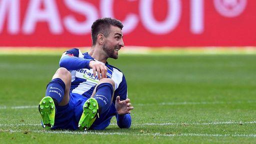 Vedad Ibisevic, Stürmer in Diensten von Hertha BSC, sitzt auf dem Rasen. (Quelle: imago/Bernd König)