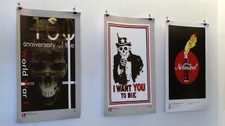 """In der """"MedienGalerie"""" von Verdi, in deren Räume die Berliner Friedensbewegung ihre Pressekonferenz zum Ostermarsch 2017 abhielt, hängen US-kritische Plakate (Quelle: Robin Avram / rbb)"""