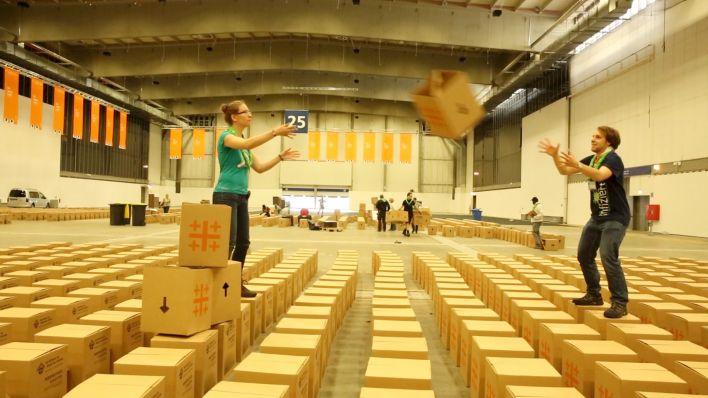 Vor dem evangelischen kirchentag freiwillige falten 35 for Papphocker berlin
