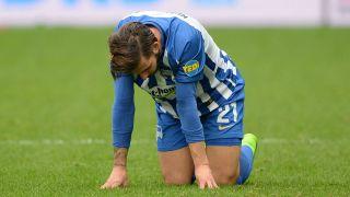 Hertha-Spieler Marvin Plattenhardt starrt frustriert auf den Rasen (Foto: Imago /Jan Kuppert/Sven Simon )