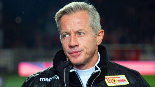 Union Berlins Ex-Trainer Jens Keller - noch mit Union-Logo auf der Brust - blickt missmutig drein. (Quelle: imago/Huebner)