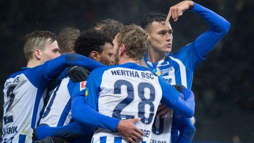 Spieler von Hertha BSC beglückwünschen Salomon Kalou (Quelle: dpa(Annegret Hilse)
