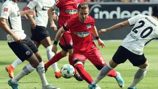 Der Berliner Peter Pekarik (M) versucht den Ball vor den Frankfurtern Aymen Barkok (l) und Makoto Hasebe (r) zu erobern. (Bild: dpa/Frank Rumpenhorst)