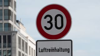Tempo-30-Schild in Berlin (Quelle: dpa/Paul Zinken)