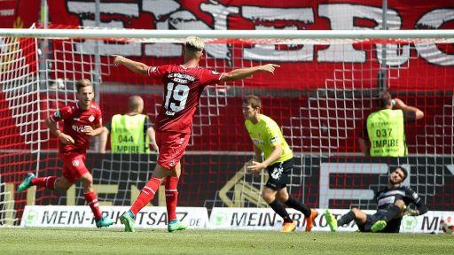 Würzburger Spieler Skarlatidis und Ademi jubeln nach dem 2:0 gegen Cottbus (Quelle: imago/Scheuring)
