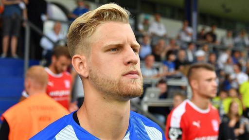 Hertha-Profi Arne Maier blickt beim Betreten des Spielfeldes geradeaus (Quelle: imago/Bernd König)