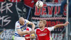 Der Duisburger Gerrit Nauber (l) köpft den Ball vor dem Berliner Sebastian Andersson weg.