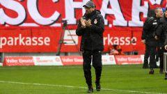 Claus-Dieter Wollitz, Trainer von Energie Cottbus, läuft am 26.01.2019 über das Spielfeld (Quelle: imago/Steffen Beyer)