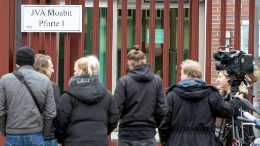 Journalisten warten vor der Pforte 1 der Justizvollzugsanstalt Moabit. Im Fall Rebecca ist der Schwager aus der U-Haft entlassen worden. (Quelle: dpa/Skolimowska)   dpa/Skolimowska