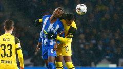 Salomon Kalou im Kopfball-Duell mit Manuel Akanji. / imago/Jan Huebner