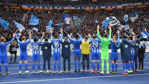 Die Spieler von Hertha BSC jubeln mit den Fans in der Ostkurve (Quelle: imago images / Matthias Koch)