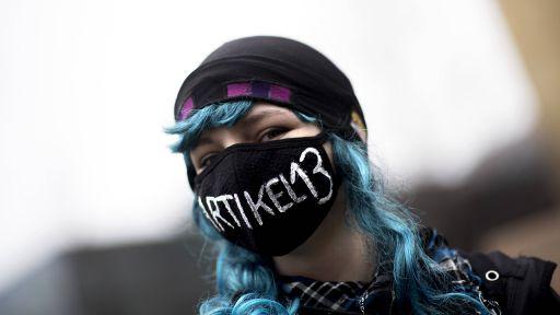 Demonstrantin mit einem Mundschutz auf dem