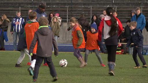 Salomon Kalou spielt mit Kindern Fußball (Quelle: rbb)