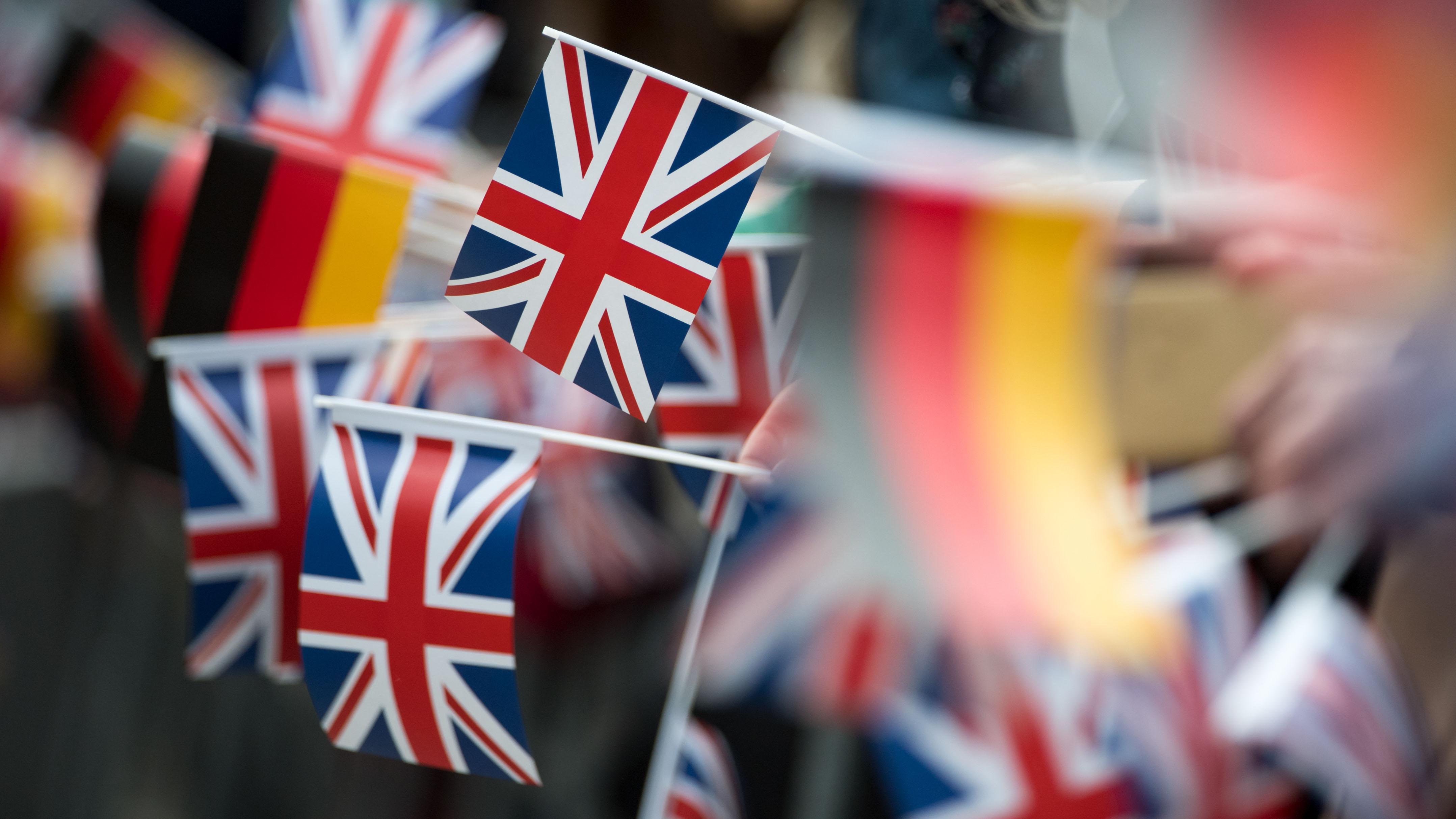 Britische und deutsche Flaggen sind während des Besuchs des britischen Prinzen Charles in Leipzig zu sehen. (Quelle: dpa/Hendrik Schmidt) | dpa/Hendrik Schmidt