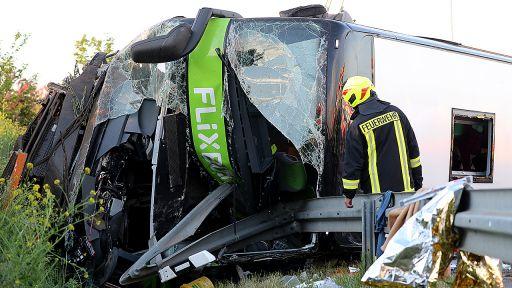 Sachsen, Leipzig: Einsatzkräfte der Feuerwehr stehen am 19.05.2019 an der Unfallstelle neben dem verunglückten Reisebus. (Quelle: dpa/Jan Woitas) | dpa/Jan Woitas