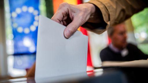Ein Mann wirft seinen Stimmzettel in die Wahlurne (dpa/Kappeler) | dpa/Kappeler