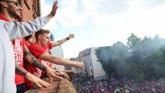 Spieler von Union feiern auf dem Balkon vom Rathaus Köpenick. (Quelle: dpa/Britta Pedersen)