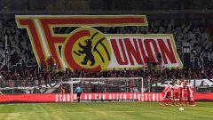 Im Fanblock des 1. FC Union Berlin wird das Vereinswappen präsentiert (Foto: Imago / Matthias Koch)