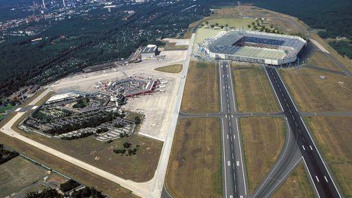 Collage: Neben dem Flughafen Tegel ist ein Entwurf des geplanten Hertha-BSC Stadions platziert (Bild: imago/GünterSchneider/Hertha BSC | Collage: rbb24/Dave Rossel)
