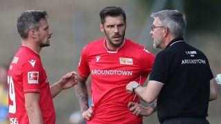 Union-Coach Urs Fischer im Trainingslager im Gespräch mit Christopher Trimmel und Michael Parensen. / imago/GEPA Pictures