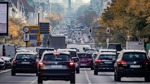 Fahrzeuge rollen über den Kaiserdamm. Quelle: dpa/Michael Kappeler | dpa/Michael Kappeler
