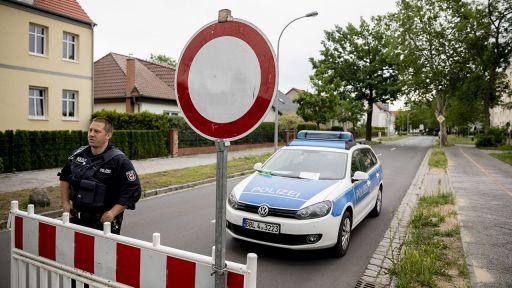 Ein Beamter der Bereitschaftspolizei steht am 13.06.2019 in Oranienburg an einer Straßensperre (Quelle: dpa/Christoph Soeder) | dpa/Christoph Soeder