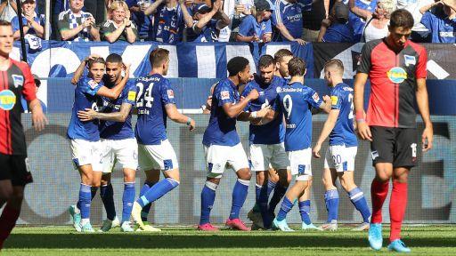 Hängende Köpfe bei Hertha BSC, Jubel bei Schalke 04. / imago images/RHR-Foto