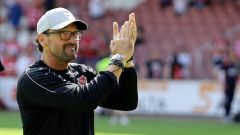 Claus-Dieter Wollitz applaudiert den Fans. (Quelle: imago images/Steffen Beyer)