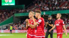 Der Cottbuser Trainer Claus-Dieter Wollitz (2.v.r.) und seine Spieler laufen nach dem mit 0:3 verlorenen Spiel eine Ehrenrunde. (Quelle: dpa/Robert Michael)