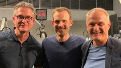 """Das Team des neuen rbb-Sport-Podcasts """"Hauptstadtderby"""": Union-Legende Christian Beeck (li.), Moderator Dirk Walsdorff (mi.) und Hertha-Urgestein Axel Kruse (re.) (Quelle:rbb/Friedrich Rößler)"""