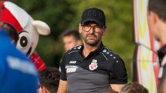 Trainer von Energie Cottbus Claus-Dieter Wollitz bei einer Autogrammstunde. (Quelle: dpa/Weiland)