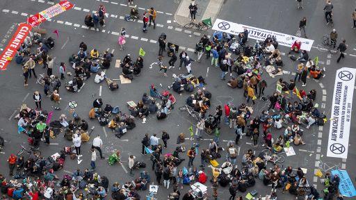 Teilnehmer einer Demonstration der Bewegung «Extinction Rebellion» blockieren die Straßenkreuzung auf dem Potsdamer Platz.   dpa/Christoph Soeder