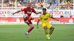 Energies Felix Brügmann im Zweikampf mit Dortmunds Mats Hummels (Quelle: imago images / Steffen Beyer)