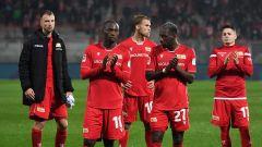 Die Union-Spieler bedanken sich nach dem Abpfiff beim Publikum (Quelle: imago images/Matthias Koch)