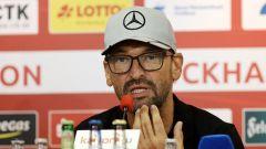 Energie-Trainer Claus-Dieter Wollitz bei der Pressekonferenz (Quelle: imago images / Steffen Beyer)