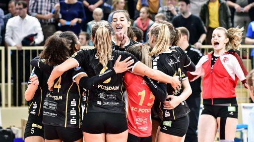 Die Volleyballerinnen vom SC Potsdam bejubeln einen Bundesligasieg. (Quelle: imago/Jan Huebner) | imago/Jan Huebner