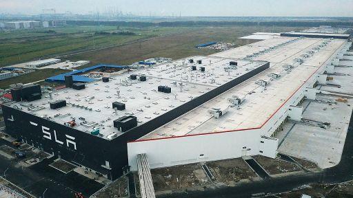 Das sich in Bau befindliche Tesla Gigafactory 3-Werk mit unvollständigem Logo-Schriftzug in Shanghai, China am 17. Oktober 2019. (Quelle: dpa/Ji Haixin) | dpa/Ji Haixin