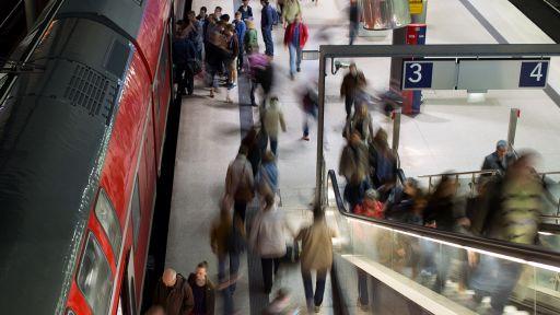 Pendler verlassen im Bahnhof Potsdamer Platz eine Regionalbahn (Quelle: dpa/Kay Nietfeld) | dpa