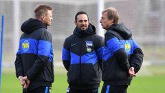 Hartha-Coach Jürgen Klinsmann mit seinen Co-Trainern Alexnader Nouri und Markus Feldhoff. / imago images/Matthias Koch