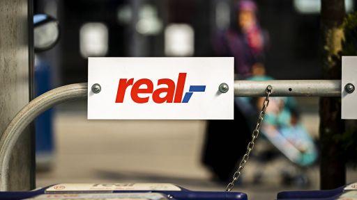 Das Logo eines Real-Supermarktes in Berlin (Bild: imago images/Emmanuele Contini)   imago images/Emmanuele Contini