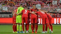 Die Spieler des 1. FC union berlin stehen vor dem Spiel gegen Leipzig im Kreis. (Quelle: imago images/Sven Simon)