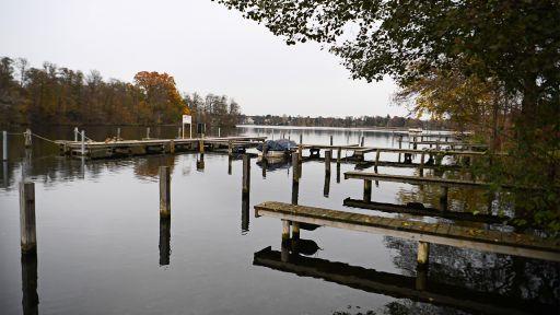 13.11.2019, Brandenburg, Grünheide: Die Holzstege am Ufer vom Werlsee bei Grünheide spiegeln sich im Wasser (Bild: dpa/Monika Skolimowska) | dpa/Monika Skolimowska