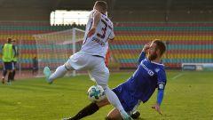 Dynamos Ronny Garbuschewski im Duell mit Altglienickes Kevin Kahlert (Quelle: imago/Matthias Koch)