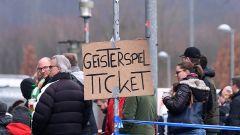 """Auf einem Plakat mit der Aufschrift """"Geisterspiel Ticket"""" (Quelle: imago images/ULMER Pressebildagentur)"""