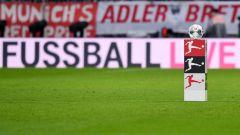 Der Spielball der Fußball-Bundesliga liegt auf einer Ballstehle (Quelle: dpa/Pressebildagentur ULMER)