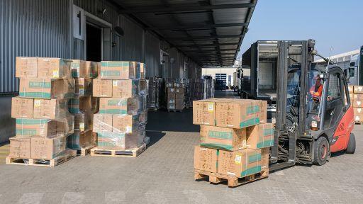Symbolbild: Eine Lieferung von 400.000 Atemschutzmasken wird von einem LKW abgeladen. (Quelle: dpa/Ole Spata) | dpa/Ole Spata