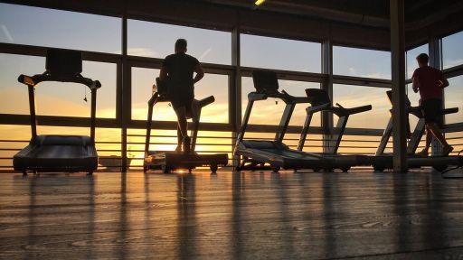 Personnen trainieren in einem Fitnessstudio in Berlin. (Quelle: dpa/Kay Nietfeld) | dpa/Kay Nietfeld