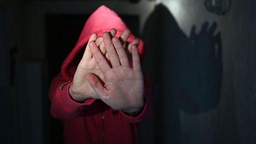 Eine Frau versucht, sich vor der Gewalt eines Mannes zu schützen, Symbolbild (Quelle: Picture Alliance/Frank May) | Picture Alliance/Frank May