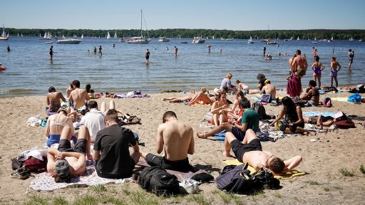 01.06.2020, Berlin: Sonnenhungrige genießen das gute Wetter an einem Strand Am Großen Fenster an der Havel (Quelle: dpa / Kay Nietfeld). | dpa
