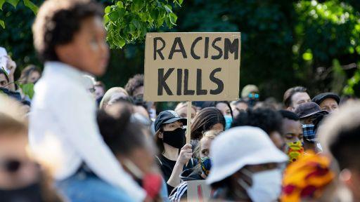 0.05.2020, Berlin: Ein Teilnehmer einer Kundgebung gegen den gewaltsamen Tod des Afroamerikaners George Floyd. (Quelle: dpa/Christoph Soeder) | dpa/Christoph Soeder